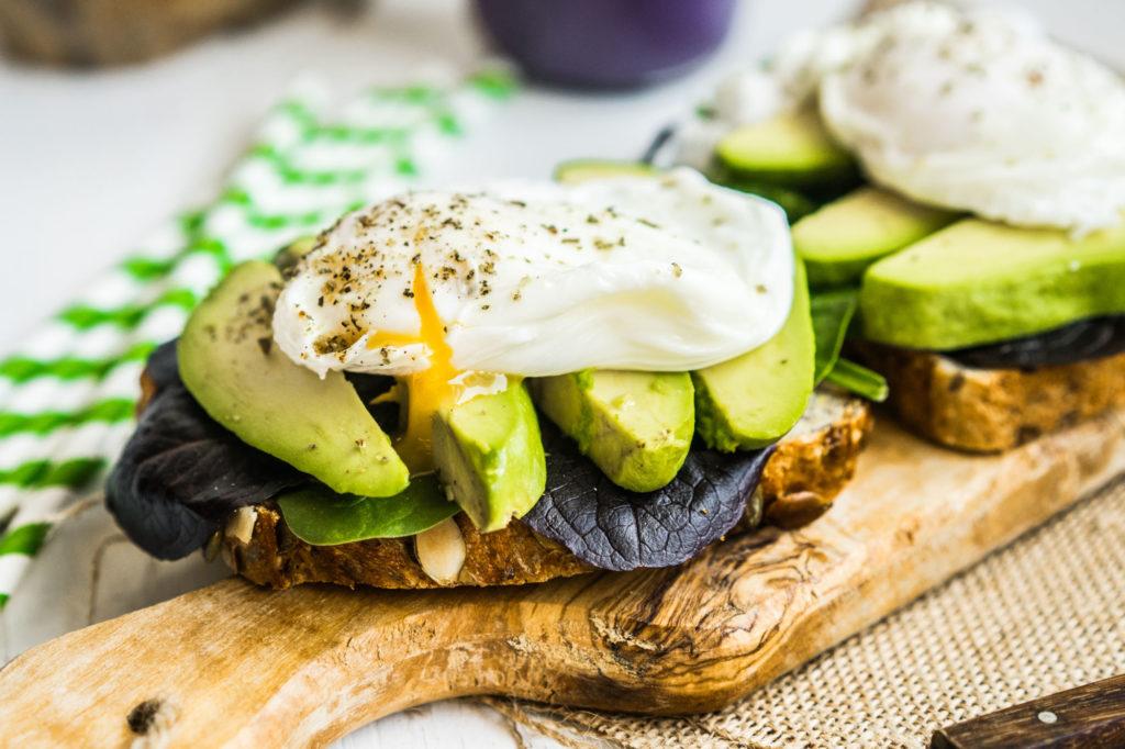 Zdravý sendvich s avokádem a pošírovaným vejce podle metabolic balance